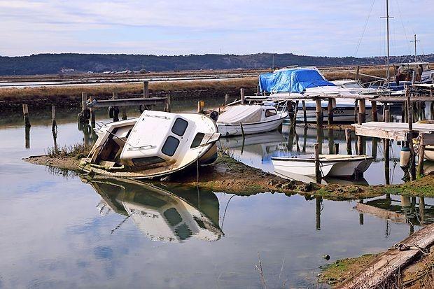 Številne zapuščene barke v Jernejevem kanalu za zdaj  tam  ostajajo.