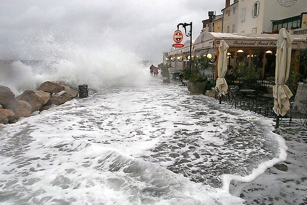 Poplave morja so posledica visoke plime, močnega južnega vetra in mlaja ali ščipa. Če se zračni pritisk spusti za en milibar, se gladina morja zviša za en do dva centimetra. Poplavljanju morja je pri nas najbolj izpostavljena piranska Punta.
