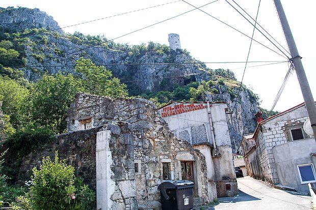 V Podpeči se  v cestne ožine med hišami že nekaj let,  praviloma poleti,  zagozdijo izgubljeni turisti v  avtodomih in  počitniških prikolicah, ki iščejo  najkrajšo pot na Hrvaško.