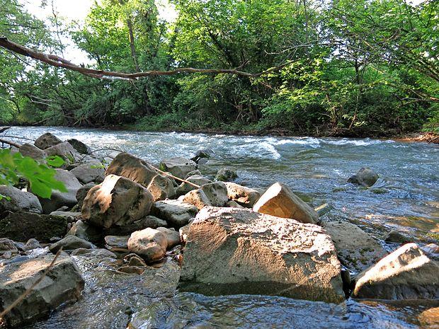 Reka Rižana je dolga nekaj več kot 14 kilometrov in predstavlja glavni in edini vir za vodooskrbo obalne regije.