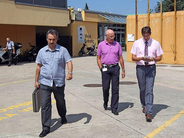 Nekdanji direktor izolske bolnišnice Jani Dernič (v sredini) je  avgusta 2013 takole odkorakal iz bolnišnice v spremstvu  kriminalista in odvetnika.