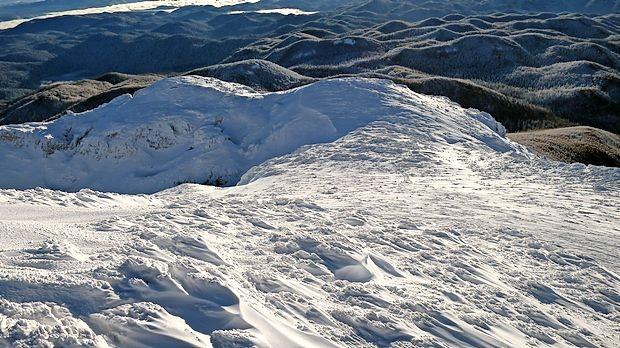 Eden se je srečno povzpel na vrh Snežnika in se vrnil na  Sviščake, drugi se je z dvema psoma pod Snežnikom izgubil,  zašel je na hrvaško stran, kjer je naletel na gozdarje in končal  v 20 kilometrov oddaljeni Klani.
