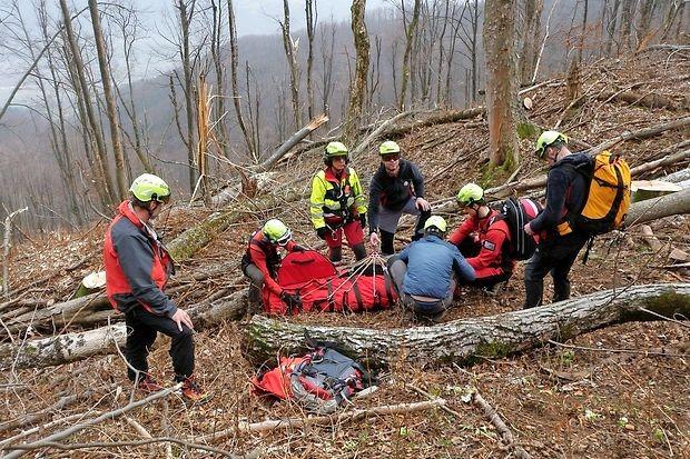 Med reševalci, ki so nesrečnemu gozdarju priskočili na  pomoč, so bili kar trije zdravniki.