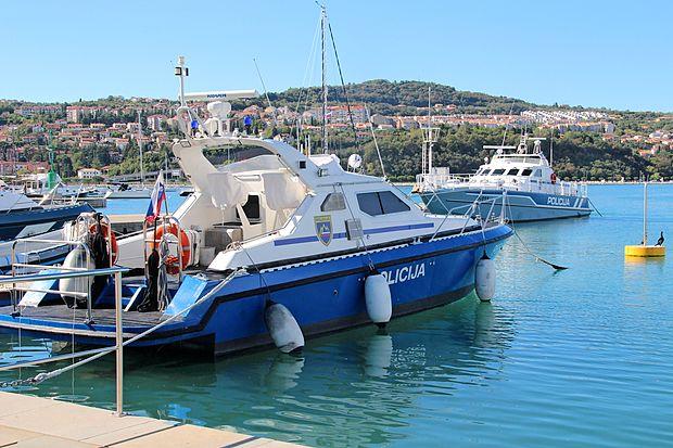Policijski čoln P-66 (v ospredju) je bil prejšnji četrtek udeležen  v incidentu v Piranskem zalivu.