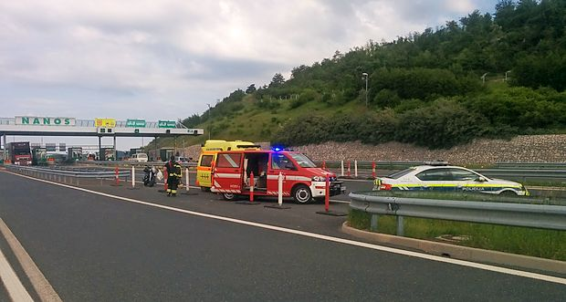 Voznika motornega kolesa je zapornica na cestninski postaji  Nanos udarila po čeladi.