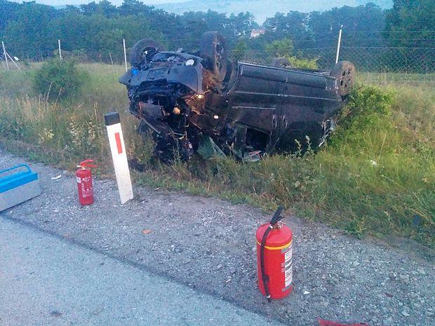 Voznica kombija je na avtocesti med Razdrtim in Senožečami  zapeljala v jarek. V nesreči sta se s sopotnikom laže  poškodovala.
