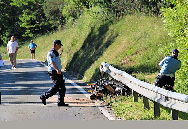 Prizor med Podgradom in Hrušico je bil včeraj popoldne  grozljiv, motorist je k sreči preživel.