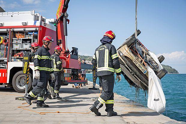 Koprski poklicni gasilci so avtomobil do gladine dvignili z zračnimi blazinami, nato pa na suho  z dvigalom.