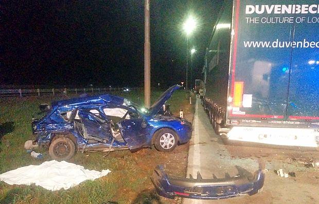 36-letnega voznika je z modro mazdo zaneslo z avtoceste na  zelenico, nato pa je treščil v parkirano tuje tovorno vozilo.  Njegovi ženi ni bilo več pomoči.