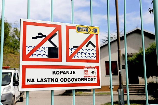 V četrtek proti večeru so k vodnemu zajetju Vogršček hiteli  policisti in gasilci. Novogoriški operativno komunikacijski  center je ob 19.21 dobil obvestilo občanov, ki so na gladini  vodnega zajetja opazili negibno truplo.
