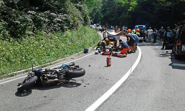 Ves trud reševalcev, gasilcev in zdravnikov je bil zaradi hudih  poškodb motorista žal zaman.