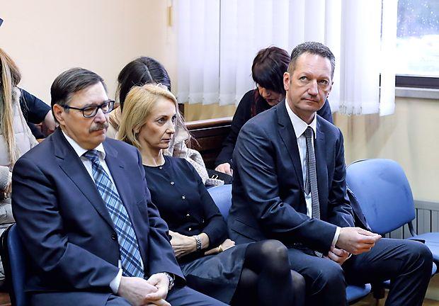 Rajku Sredniku, Sabini Mozetič in Borisu Popoviču se bo po novem na sojenju pridružil še  zdravnik,  specialist družinske medicine.