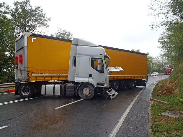 Tovornjak je obtičal čez vse tri vozne pasove.