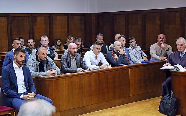 Valon Hoxhaj (prvi z desne) je včeraj pred sodiščem branil  svojega starejšega brata Dibrana (prvi z leve).