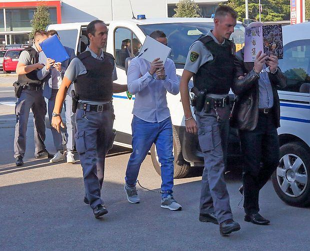 Urim Rexhaj (v svetlo modrih hlačah) bo v zaporu še slabo  leto,  potem pa bo lahko že zaprosil za pogojni izpust.