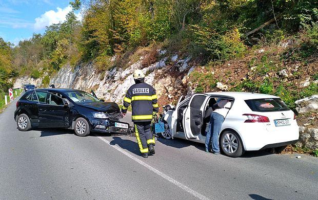 Angleški voznik je vozil po levi strani in trčil v avto Kraševca.