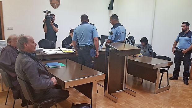 Rektorja Dragana Marušiča (levo) in odvetnika Velimirja  Cugmasa so včeraj po odredbi sodnice za prisilno privedbo  na sodišče pripeljali policisti.