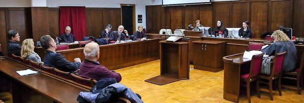 Na koprskem sodišču bi moral včeraj pričati izvedenec, ki je  obremenil Borisa Popoviča in občinske uradnike, a je obramba senat prepričala,  da ga bodo lahko  strokovno izprašali le  ob pomoči svojega strokovnjaka.