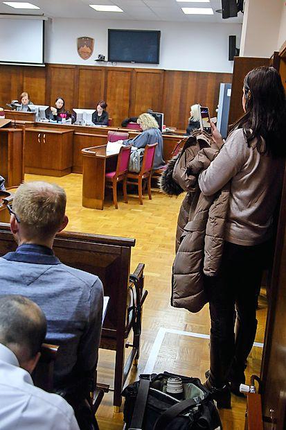 Fotografi in snemalci so na sojenju Borisu Popoviču stali za  posebej označeno belo črto, od koder so lahko v objektive  lovili tudi predsednico in člane senata.
