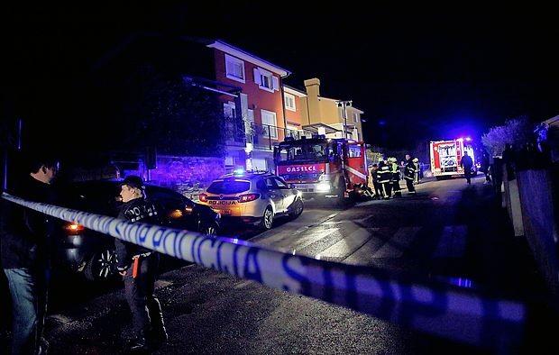 Po požaru so reševalci Sebastjana Vežnaverja in njegovo mamo Vlasto odpeljali v bolnišnico.