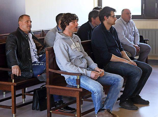 Rajko Hrvatič (prvi z leve)  je včeraj sedel v drugo vrsto.  Sojenje sedmerici, ki naj bi bila po obtožbi vpletena v  goljufijo, se še ni začelo.