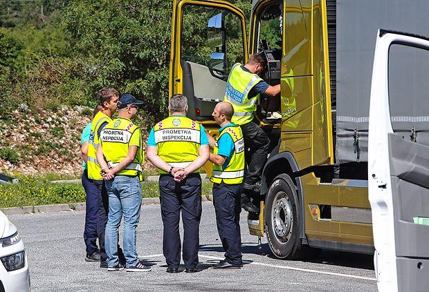 Inšpektorji za cestni promet in policisti so v minulih dneh  opravili poostren nadzor nad tovornjaki, ki vozijo po naših  cestah.