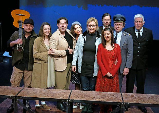 Režiserka Neda R. Bric (v sredini) je predstavo ustvarila z italijanskimi in slovenskimi igralci.