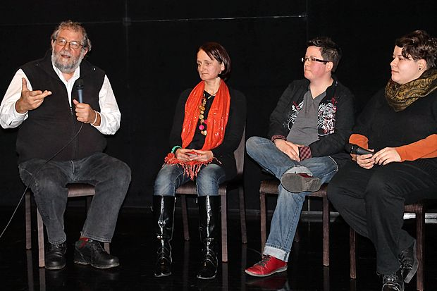 Novinar Ervin Hladnik Milharčič se je po premieri filma  pogovarjal z njegovimi avtoricami (z leve) Zvonko T. Simčič,  Urško Bonelli Potokar in Valerie Wolf Gang.