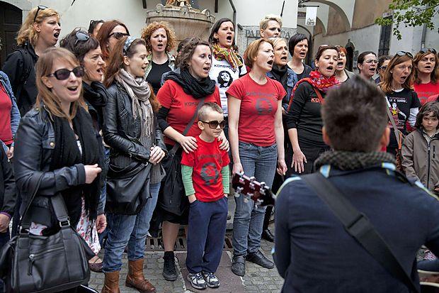 Združene v zboru Kombinat prepevajo pesmi upora z vsega sveta in se odzivajo na sodobne družbene probleme.