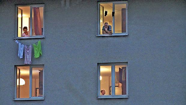 O dokumentarcu Dom se je v Izoli z delavcem Izetom  Velagićem (v sredini) in režiserjem Metodom Pevcem (desno)  pogovarjal Borut Jerman.