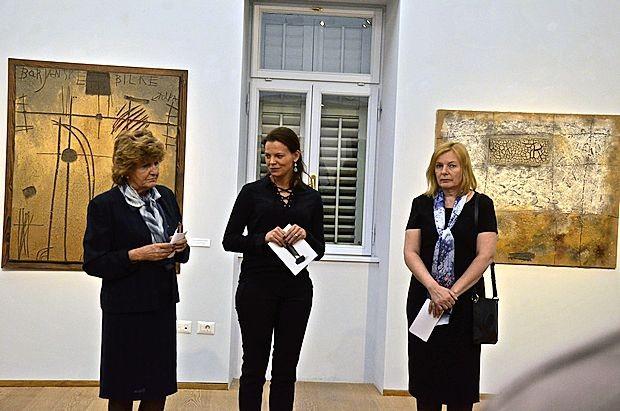 Razstavo in delo Toneta Lapajneta so  predstavile (z leve)  ravnateljica Obalnih galerij Jelka Pečar, kustosinja razstave  Marija Skočir in državna sekretarka ministrstva za kulturo  Damjana Pečnik.