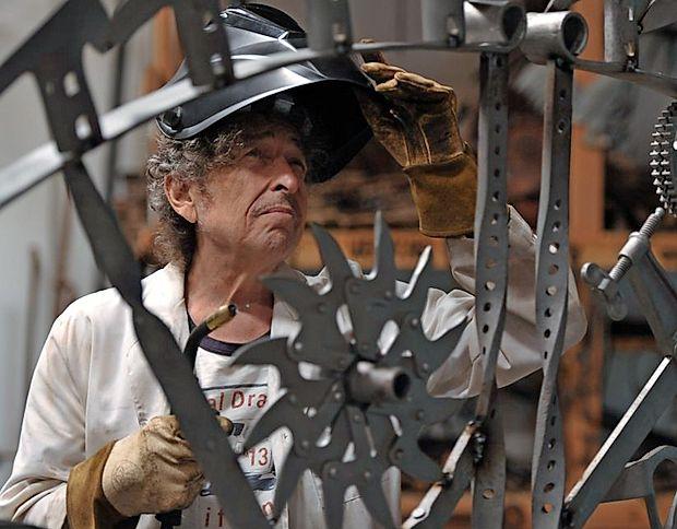 Bob Dylan v svojem studiu v Santa Monici med varjenjem umetnosti, ki je na ogled tudi v galeriji Halcyon.