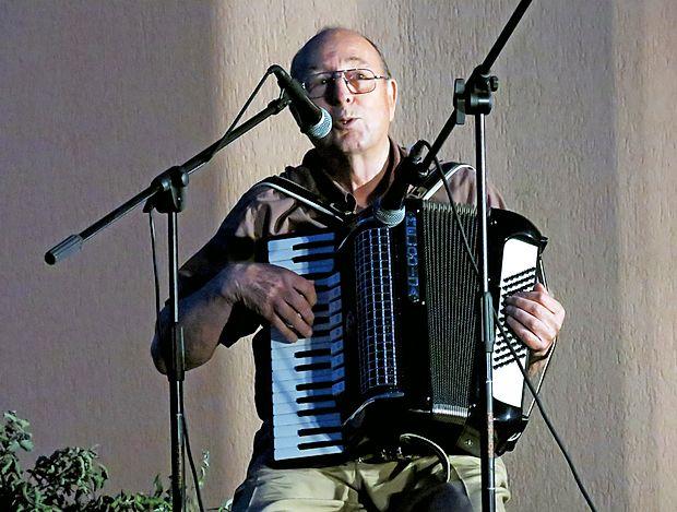 Gost Maks Starc iz Ribnice je predstavil svoj dialekt in zbrane  nasmejal z duhovito avtorsko  pesmijo o krompirju.