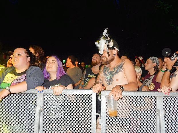 Ograja je v ponedeljek zatrla pristno druženje bendov in obiskovalcev.