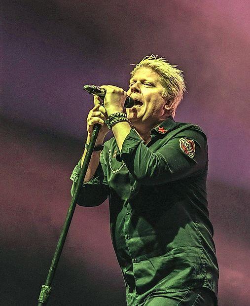 Doktor mikrobiologije Dexter Holland je  z The Offspring izdal  osem albumov, prodali so  več kot 34  milijonov izvodov.