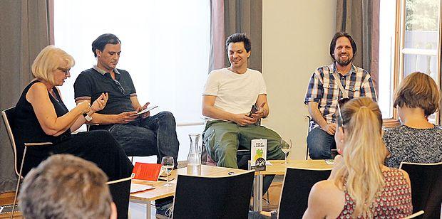 Irena Urbič se je o rešitvah naše zmrcvarjene družbe pogovarjala s pesniki   (z desne) Miklavžem Komeljem,   Tiborjem  Hrsom Pandurjem in Markom Tomašem.