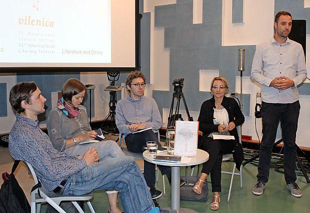 V studiu Hendrix so nastopili (z desne) gostitelj, urednik Televizije Koper Matej Sukič,  prevajalka Breda Biščak ter  latvijski gostje Artis Ostups, Ingmara Balode in Arvis Viguls.