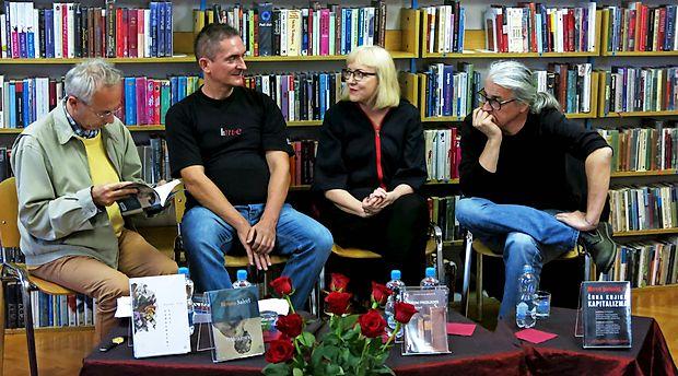 V komenski knjižnici so se pogovarjali (z leve) povezovalec Edvard Kovač in nominiranci  Miha  Pintarič, Renata Salecl in Marcel Štefančič, jr. Manjkal je Miha Blažič - N