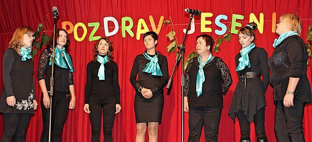 Idrijska dekliška skupina Men se lušta pit je jesen pozdravila  z ubrano pesmijo.