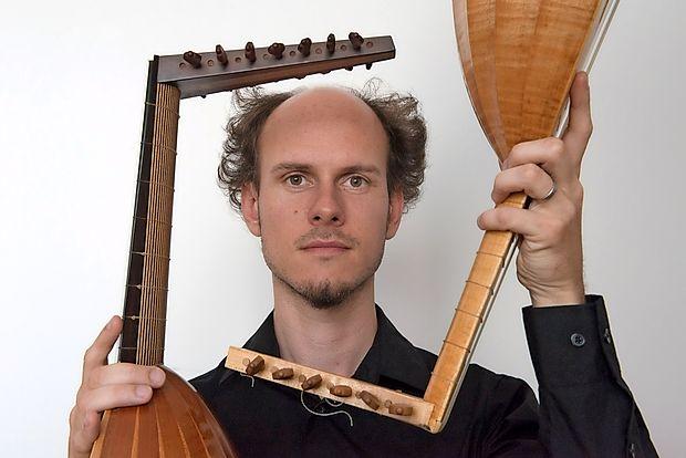 Za festivalski program skrbi  vrhunski goriški kitarist in lutnjist Bor Zuljan.