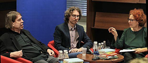 Domači noviteti je urednica Nela Malečkar predstavila s pisateljem Milanom Klečem (levo) in pesnikom Andrejem Hočevarjem.