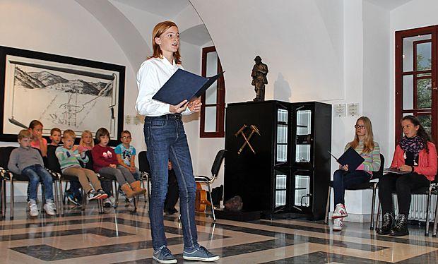 Žakljeve pesmi so pred polno dvorano interpretirali idrijski  osnovnošolci.