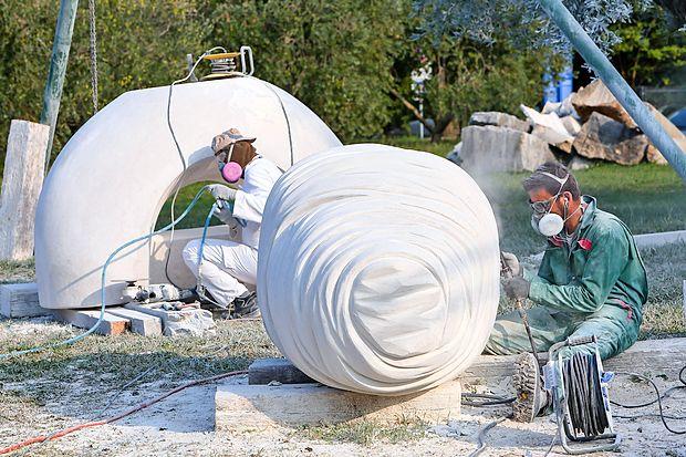 Makedonski kipar Sašo Sazdovski (v ozadju) in njegov turški  kolega Cagdas Sari na delovišču Forma vive na Seči.