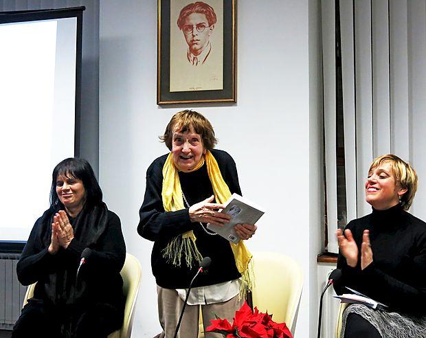 Jolka Milič (v sredini) je bogato slovensko-italijansko antologijo naše sodobne poezije predstavila  s sourednico Mariano Antoni (levo) in  direktorico Kosovelove knjižnice Sežana Magdaleno Svetina Terčon.
