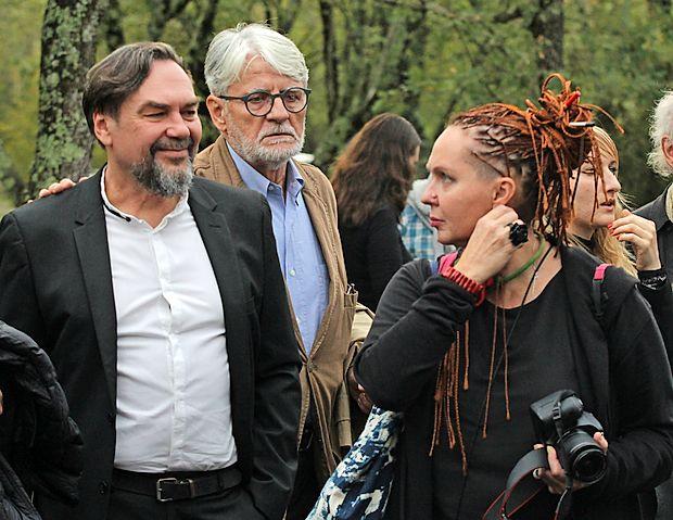 Letošnjega nagrajenca festivala Vilenica Jurija Andruhoviča (levo) je spremljala žena Nina. Pred  vhodom v kraško jamo  ju je pozdravil Ivo Svetina, predsednik Društva slovenskih pisateljev.