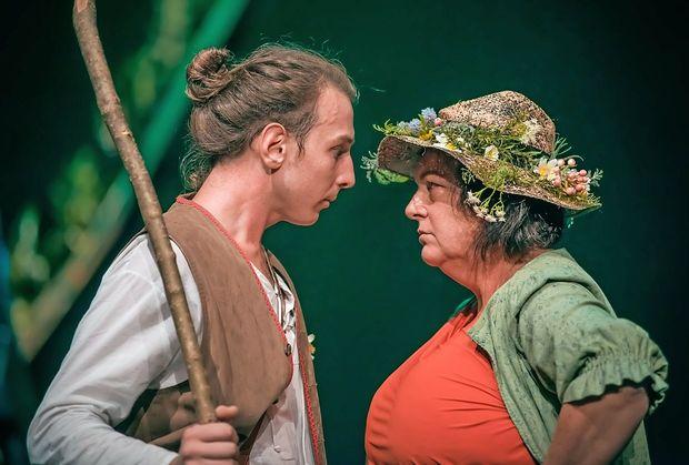 Svojeglavi Kekec (Ilija Ota) se s Pehto (Mojca Partljič) sooči v  Gledališču Koper.