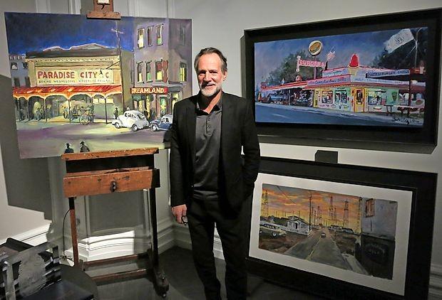 Direktor galerije Halcyon Paul Green je z Dylanovimi slikami okrasil tudi svojo pisarno.