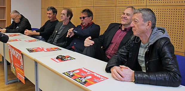 Pankrti spet v šolskih klopeh (z desne): Slavc Colnarič, Boris Kramberger, Peter Lovšin, Bogo Pretnar in  Gregor Tomc, ob njih pa še  slovenski ideolog panka Igor Vidmar.