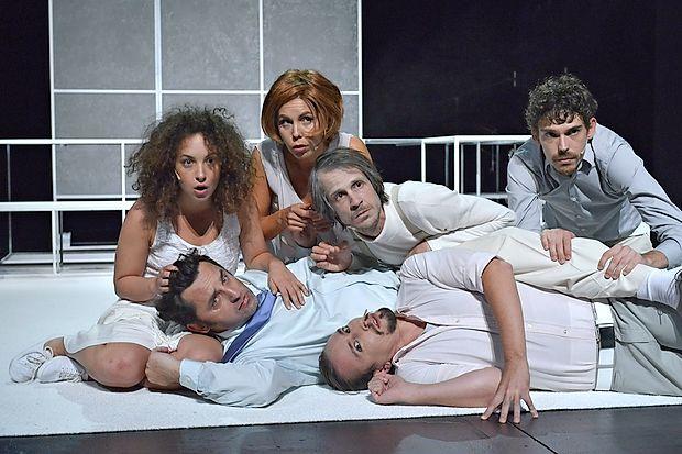 Ronjo (v novogoriškem gledališču igra Urška Taufer (levo).