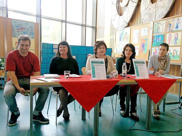 Program že 7. Gregorčičevih dnevov so predstavili (z leve)  vinar in pesnik Matjaž Ščurek, sekretarka novogoriške turistične zveze Dejana Baša, direktorica knjižnice Irena  Škvarč,  predsednica Goriškega literarnega kluba GOvoRICA  Darinka Kozinc in Megi Rožič, ki bo povezovala dogajanje.